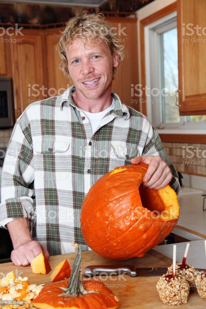 Man carving pumpkin zbiór zdjęć royalty-free