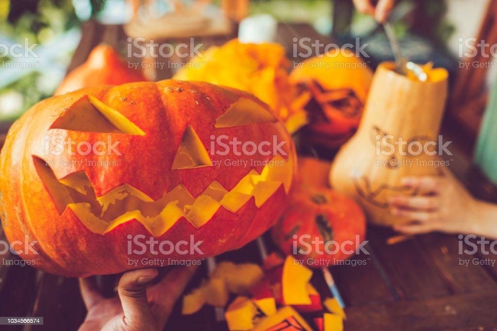 Mann schnitzen gruselige Gesicht auf einem Kürbis in Halloween – Foto
