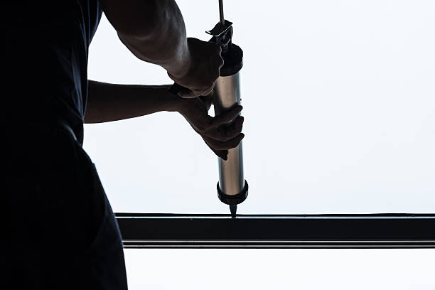 Mann Silikonfuge Fensterdichtung Baustelle – Foto