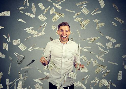Man Celebrates Success Under Money Rain Stockfoto und mehr Bilder von Anreiz