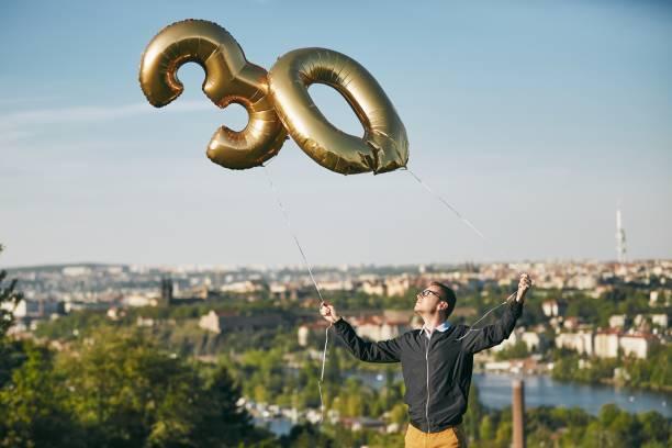 man celebrates thirty years birthday - 30 te urodziny zdjęcia i obrazy z banku zdjęć