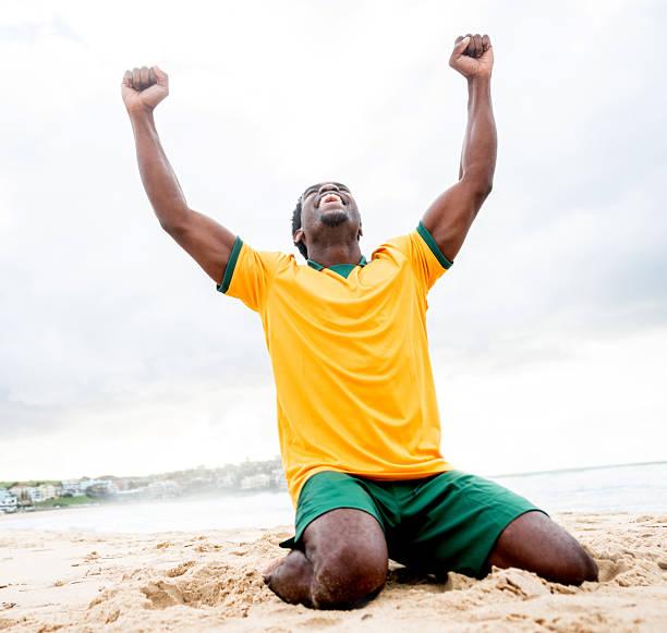 Homem comemorando um gol - foto de acervo