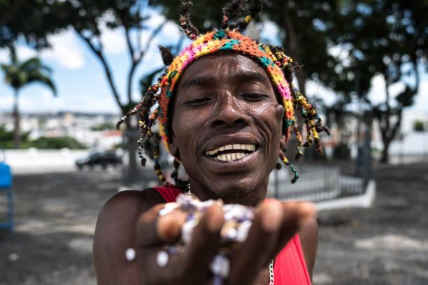 feiert der mensch mit konfetti - jamaikanische party stock-fotos und bilder