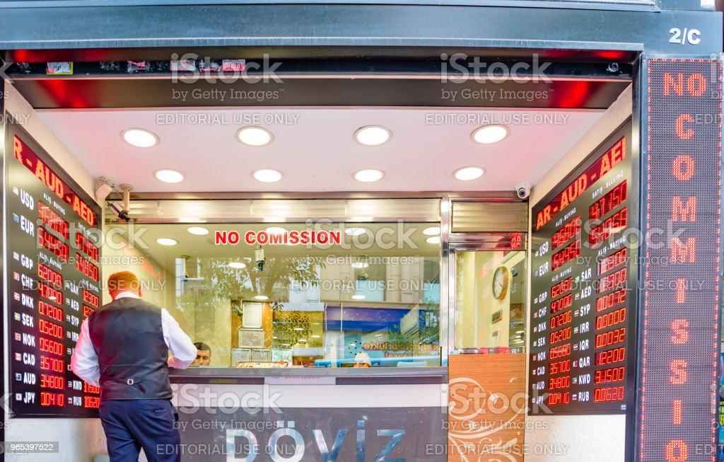 Homem muda de moeda na loja de trocador de dinheiro - Foto de stock de Caindo royalty-free