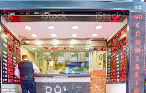 Foto de Homem Muda De Moeda Na Loja De Trocador De Dinheiro e mais fotos de stock de Caindo