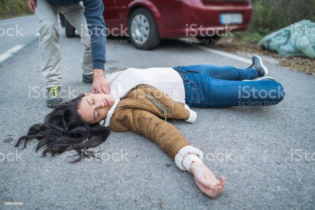 Überprüfung der Puls der verletzten Frau Mann – Foto