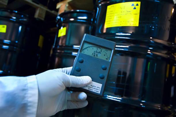 mann, die radioaktive strahlung mit geigerzähler - strahlung stock-fotos und bilder