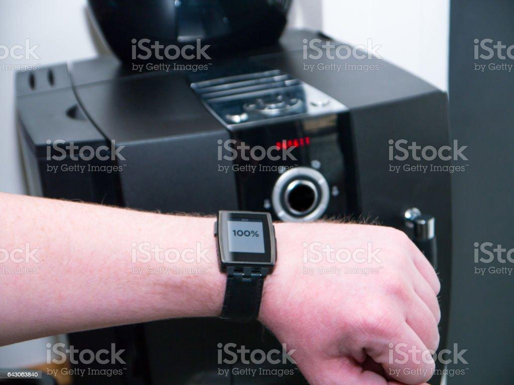 Überprüfen des Status einer Kaffeemaschine mit seinem smart Watch Mann – Foto