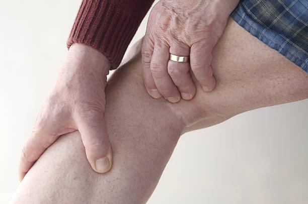 mann schecks schmerzen in den beinen - wadenkrämpfe was tun stock-fotos und bilder