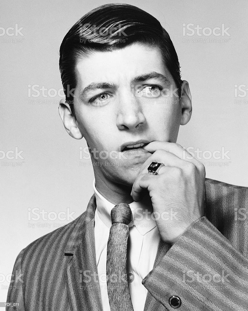 Hombre masticar la uña foto de stock libre de derechos