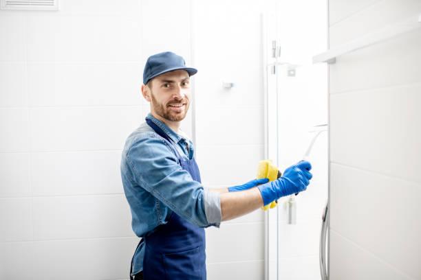 mann reinigung bad - hausmeister stock-fotos und bilder