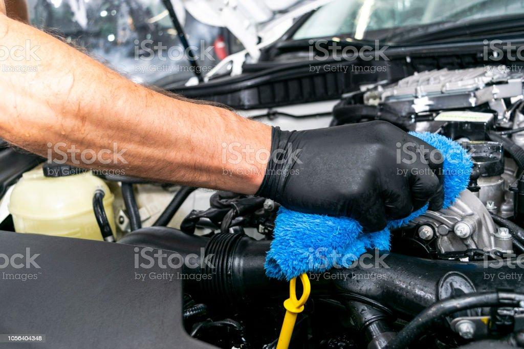 Ein Mann Auto mit Mikrofaser-Tuch reinigen. Auto Detaillierung. Polsterreinigung Konzept. Selektiven Fokus. Auto Detaillierung. Reinigung mit Schwamm. Arbeiter, die Reinigung. Mikrofaser und Reinigungslösung reinigen – Foto