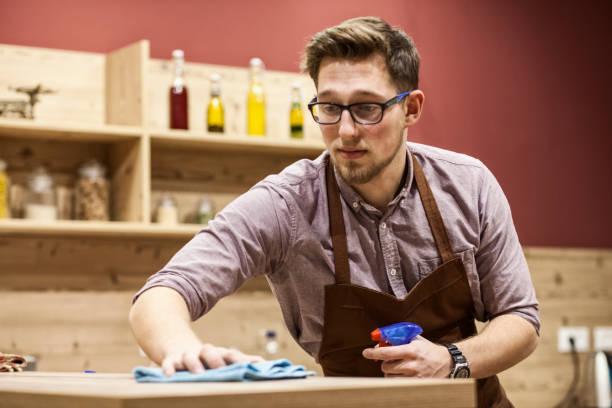 Personal reinigt Schreibtisch – Foto