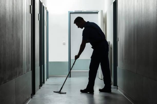 mann reinigung boden mit mopp - hausmeister stock-fotos und bilder