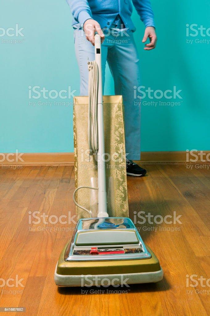 Limpieza piso con aspiradora vintage hombre foto de stock libre de derechos