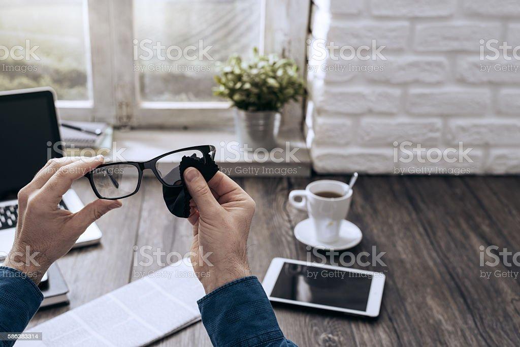 Man cleaning glasses - foto de acervo