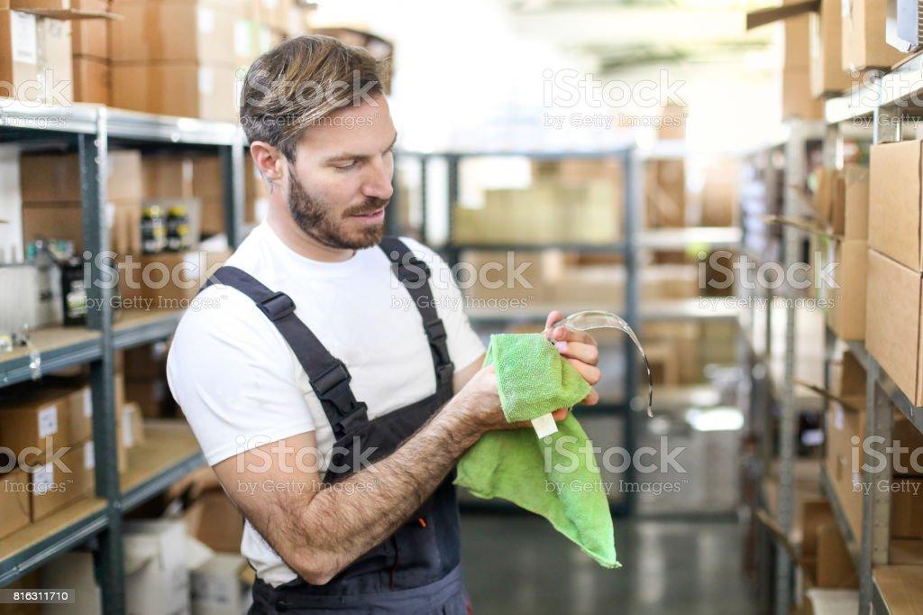 Mann seine Schutzbrille Reinigung – Foto