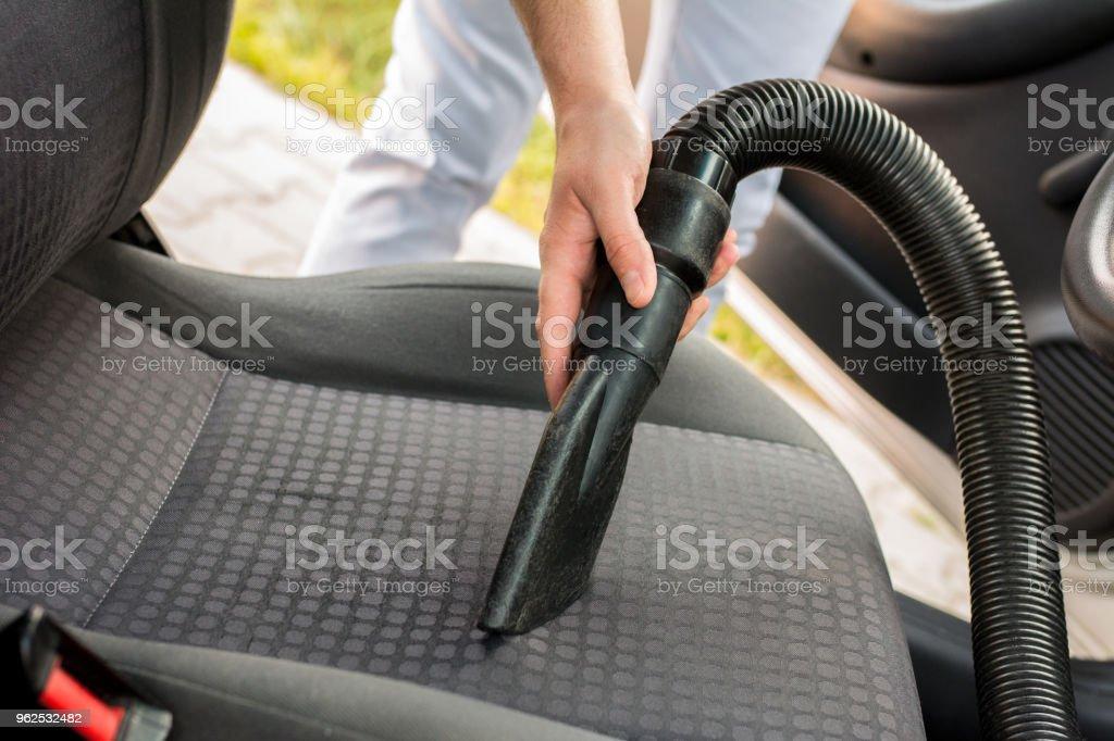 Homem de limpeza interior do carro - Foto de stock de 30 Anos royalty-free