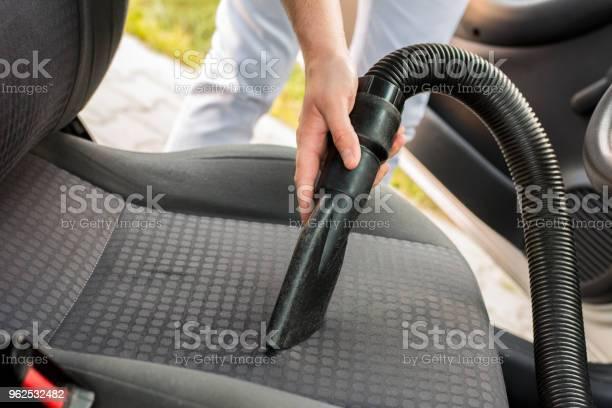 Foto de Homem De Limpeza Interior Do Carro e mais fotos de stock de 30 Anos