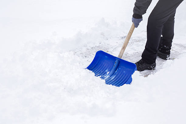 man cleaning snow with shovel in winter day. - 鏟 個照片及圖片檔