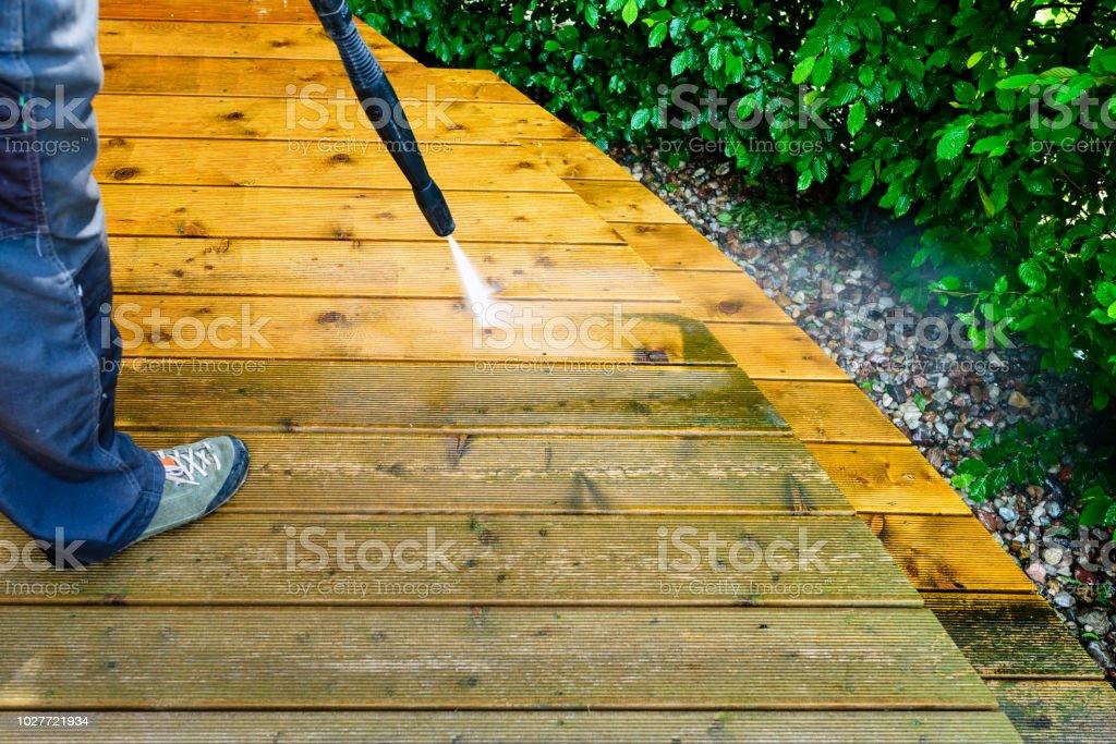 Hombre Limpieza Terraza Con Una Lavadora De Alta Presión De
