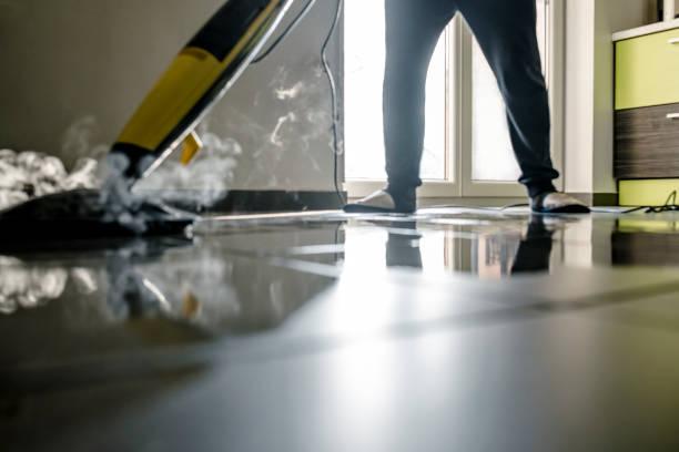 Mann, die Reinigung des Bodens – Foto