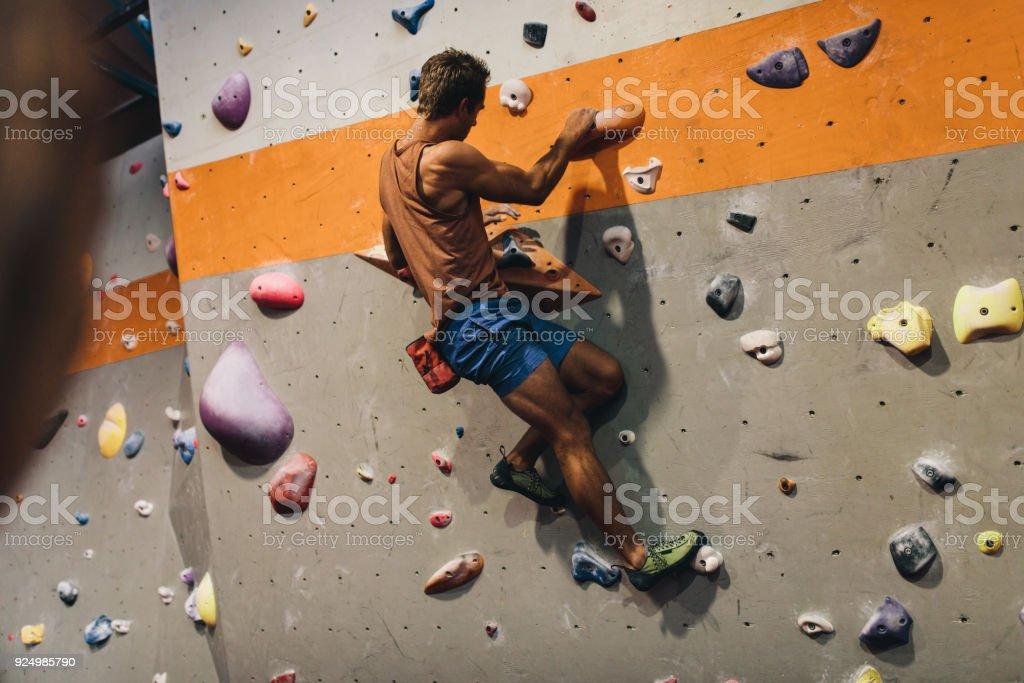 Mann indoor Boulder-Kletterwand – Foto