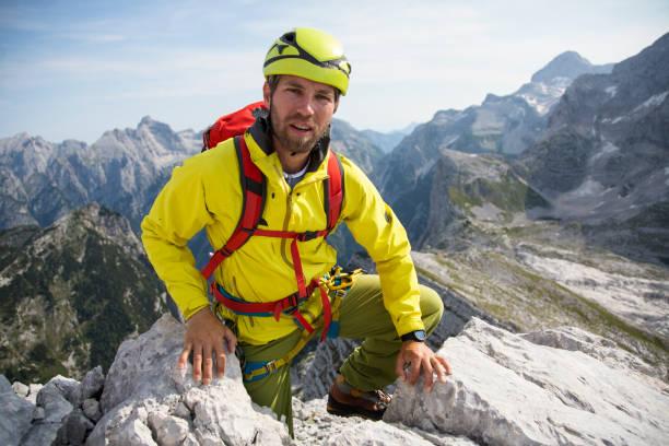 Mann klettert Berge hautnah – Foto