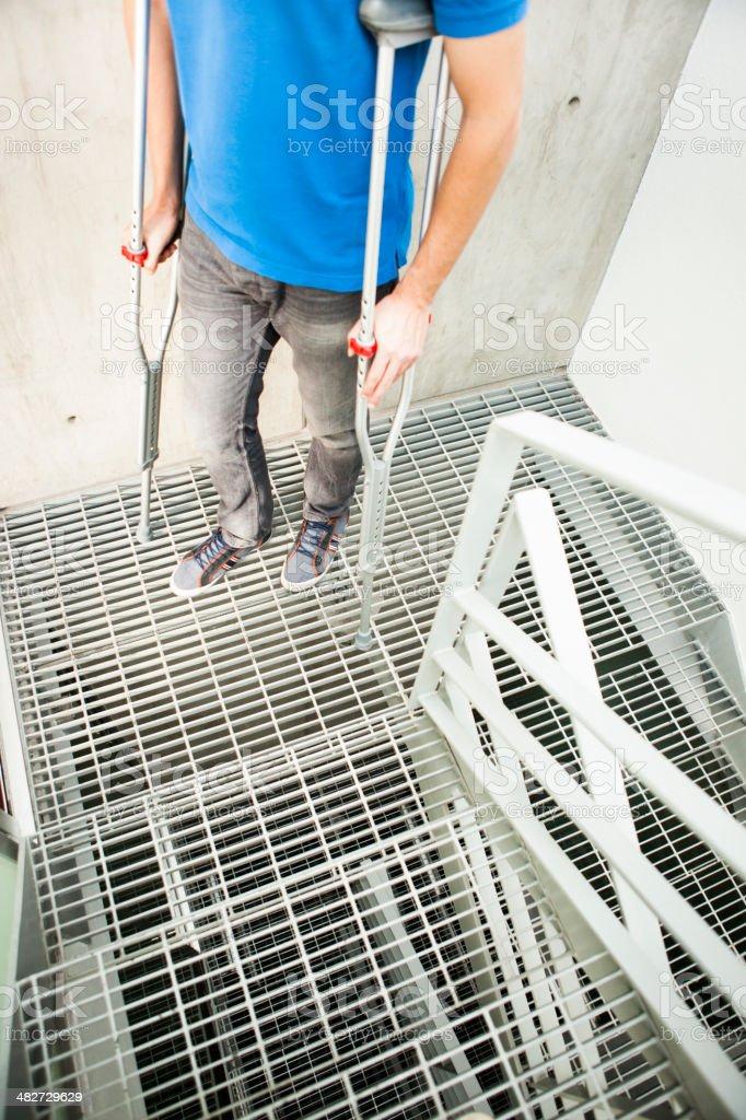 Treppen gehen mit krücken