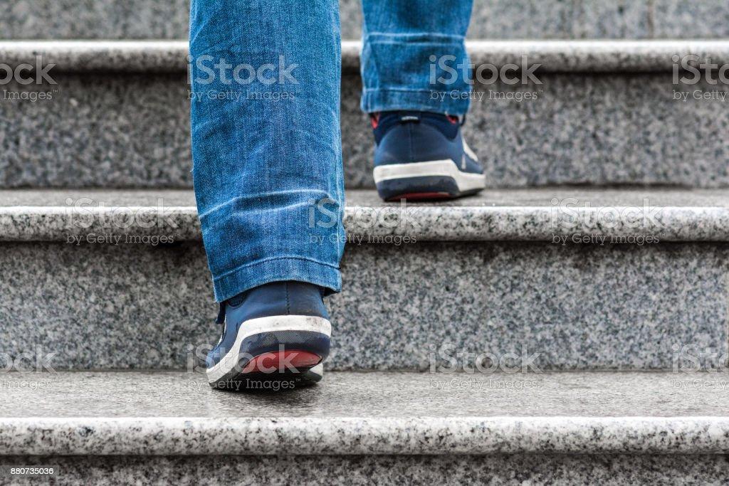 Ein Mann klettert die Treppe – Foto