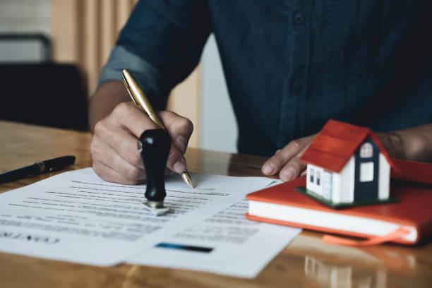 Mann bestätigen Hypothekenvertrag (Immobilien Agentur Client Zeichen) – Foto