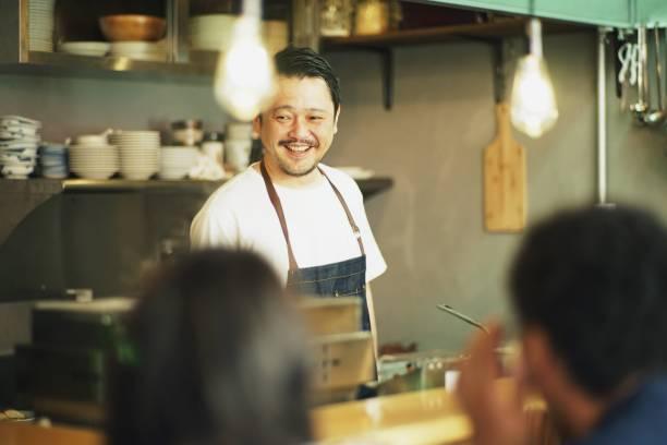 在日本酒館的廚房裡做飯的男人 - 吧 公共飲食地方 個照片及圖片檔