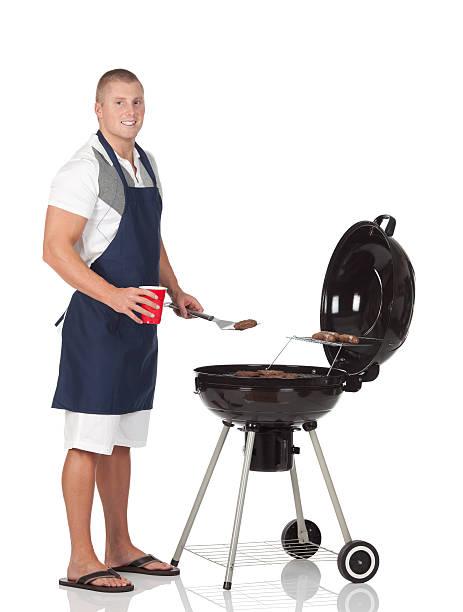 ein mann kochen barbecue-grill - grillschürze stock-fotos und bilder
