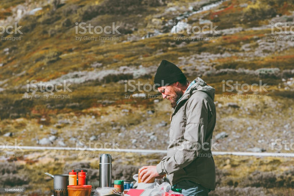 Mann, Kochen im freien in Bergen Picknick am Wochenende Reisen Lifestyle Konzept wilde Natur – Foto