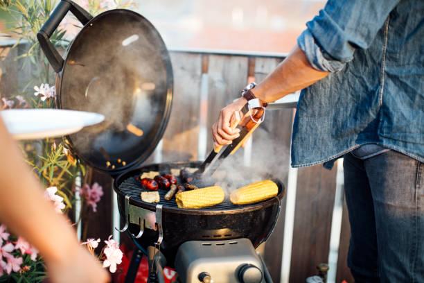 Mann Kochen Würstchen auf grill – Foto