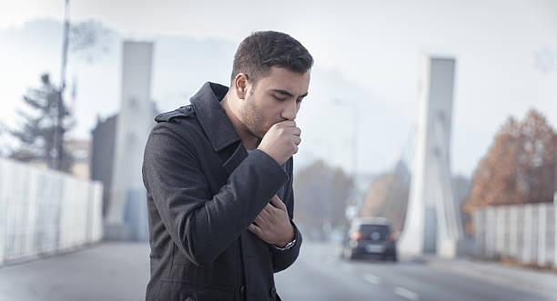 uomo tosse - tossire foto e immagini stock