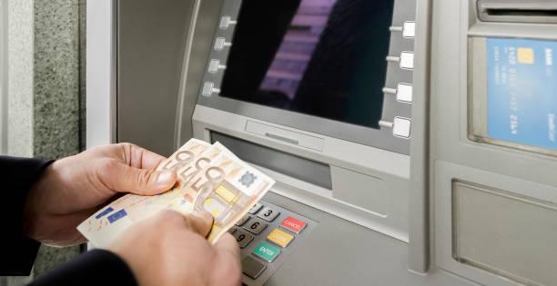 Mann zählen Währung an Geldautomaten – Foto