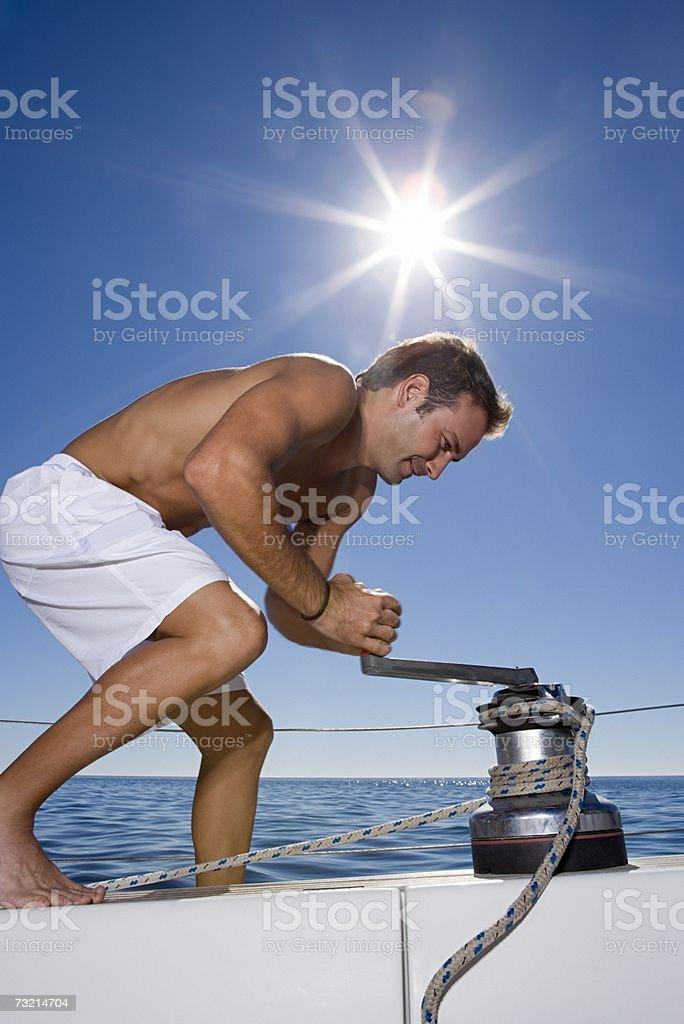 Homem em arranque a frio Cabrestante em Veleiro foto de stock royalty-free