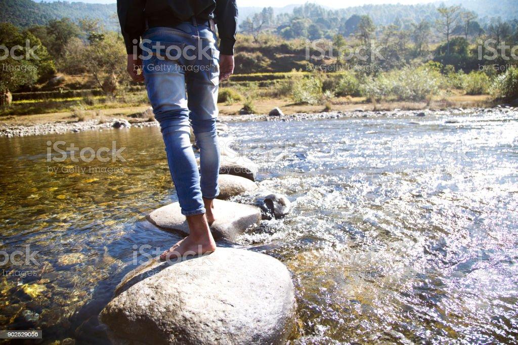 Man überquert sie einen Fluss – Foto