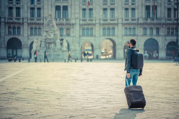 mann überquert den stadtplatz - friaul julisch venetien stock-fotos und bilder
