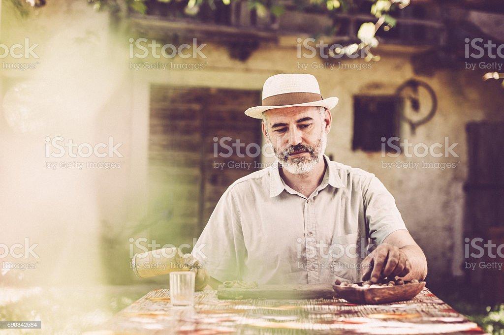 Man Crushing Hazelnuts Lizenzfreies stock-foto
