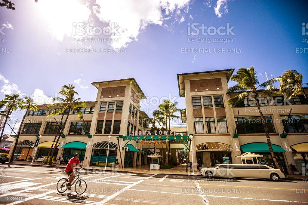 Man サイクリングにアロハタワーマーケットプレイス(ハワイ、オアフ島) ストックフォト