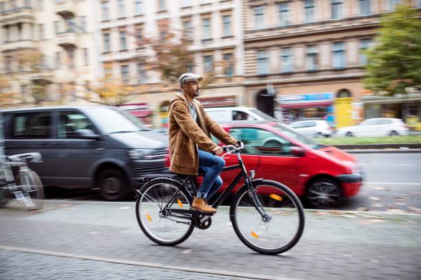 man cyklar på gatan i staden under vintern - berlin city bildbanksfoton och bilder