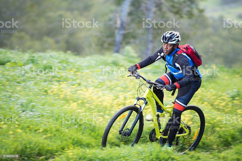 Мужчина на велосипеде на свежем воздухе. стоковое фото