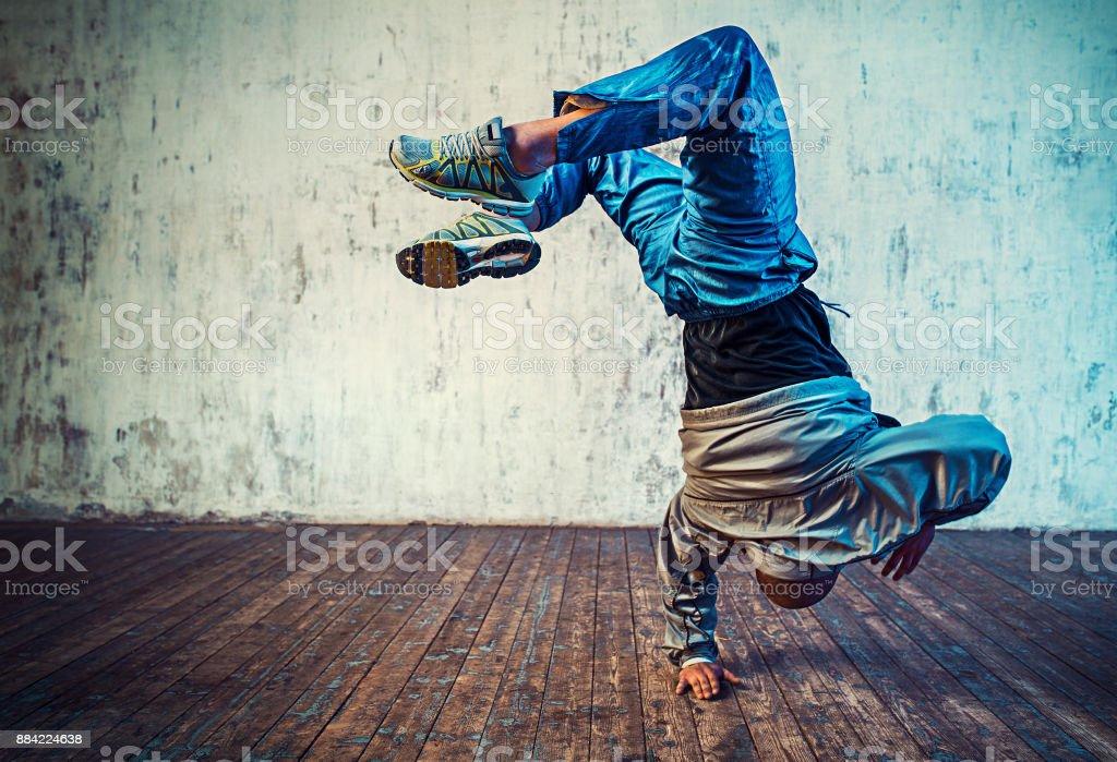 Man tanzt auf Wand Hintergrund – Foto