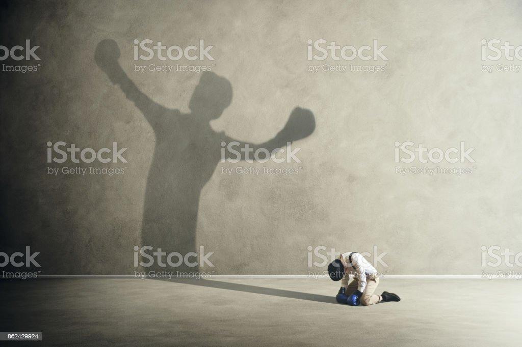 hombre derrotado por su boxeo de sombra - foto de stock