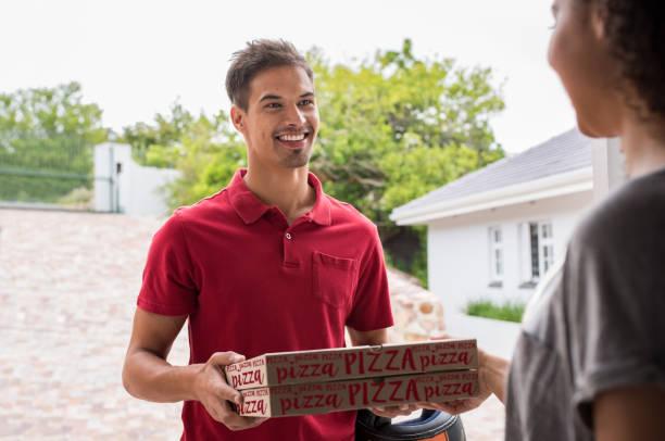 man liefert pizza-kartons - kinder die schnell arbeiten stock-fotos und bilder