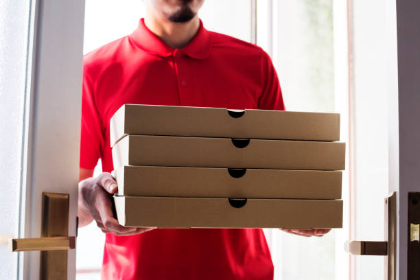 man delivery pizza to customer - food delivery imagens e fotografias de stock