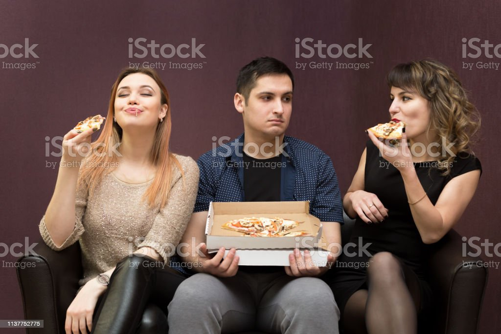 A man because of illness can not eat pizza jealous girls.