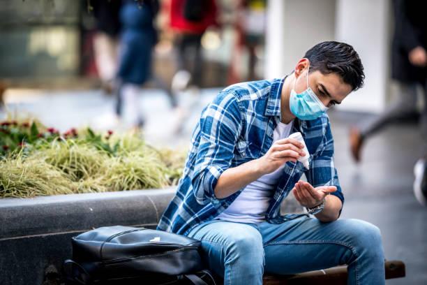Homme désinfectant ses mains en raison du risque de coronavirus - Photo